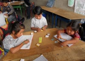 """Erste Klasse beim Lesenlernen - """"dado"""" heißt """"Würfel"""