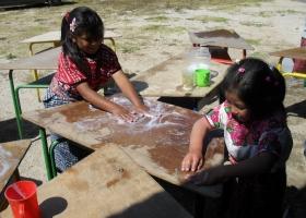 Erste Klasse – die Tische werden gewaschen